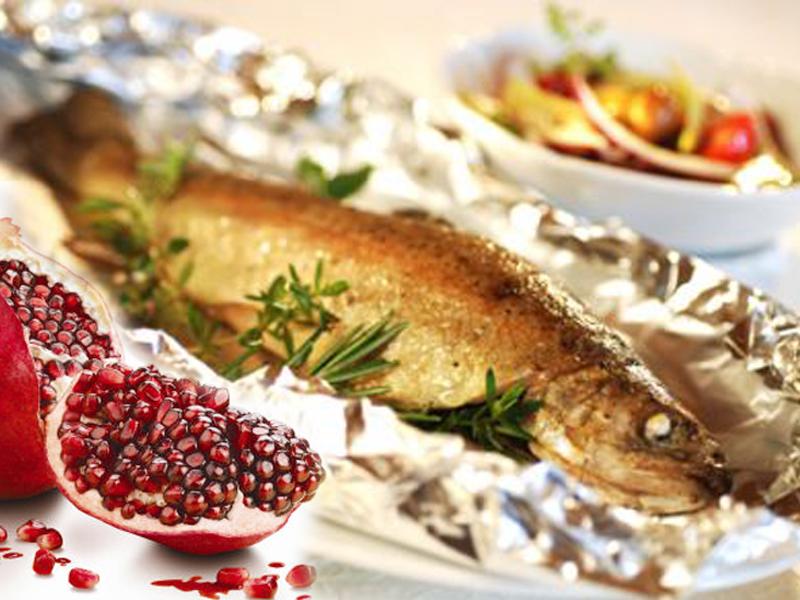 Branzino o spigola al cartoccio con melagrana ricetta for Cucinare branzino 5 kg