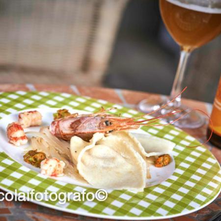 Cappellacci di quinoa e birra con porro croccante e gamberoni stufati