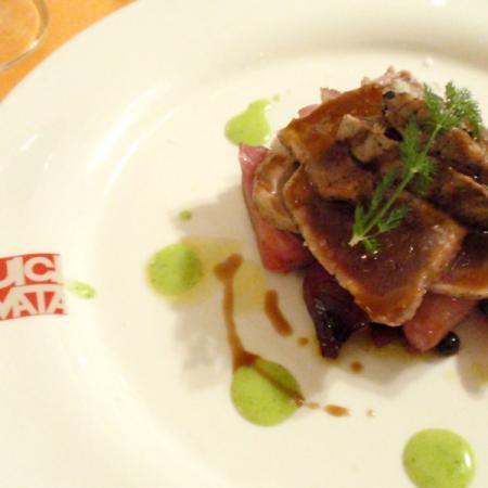 Filetto di tonno rosso di carloforte scottato in padella con cipolla rossa brasata, salsa al cannonau.