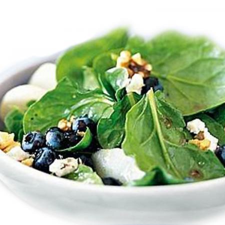 Insalata di spinaci, toma e mirtilli