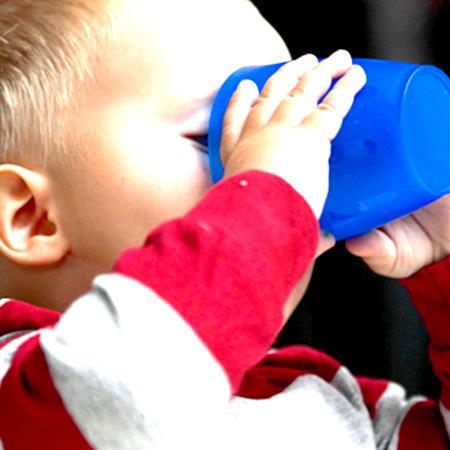Bambino che beve acqua