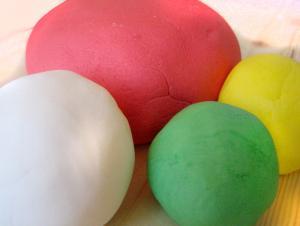 Pasta di zucchero colorata