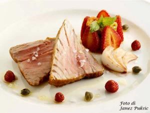 Tarantello di tonno con la peperonata di fragole