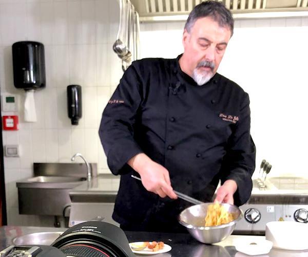 Dino De Bellis in cucina