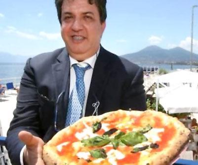 Luciano Pignataro con la pizza