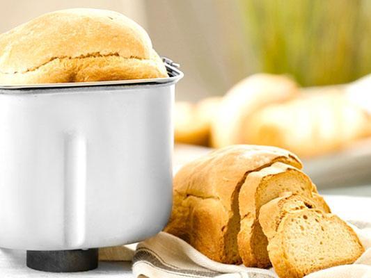 Pane in cassetta con macchina del pane