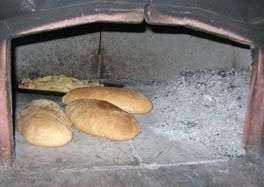Pane cotto nel forno a legna