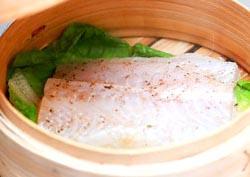 Cuocere il pesce a vapore