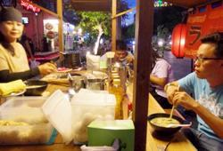 Chiosco in Giappone che prepara Ramen