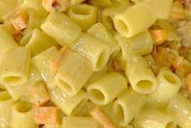 Mezze maniche con zucca croccante, speck e curry