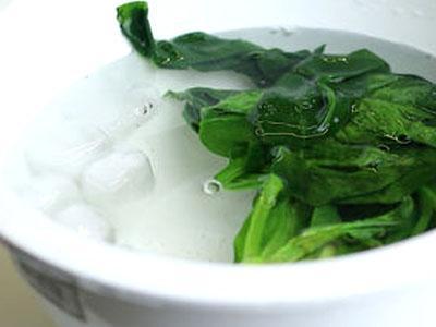 Spinaci in acqua e ghiaccio