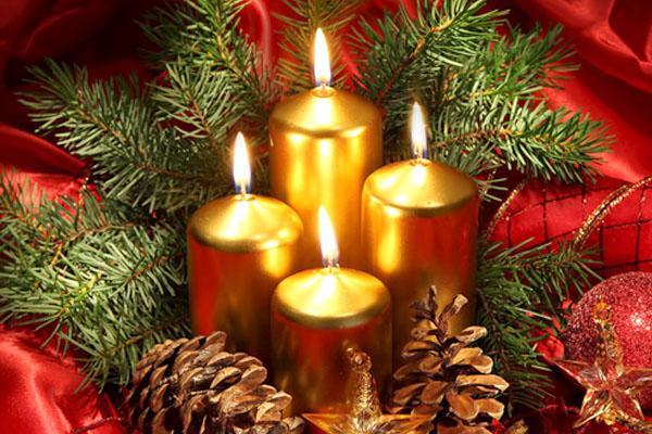 Candele sulla tavola di Natale
