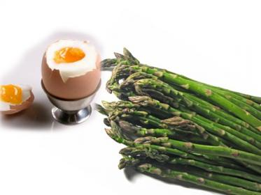 Asparagi con uova alla coque