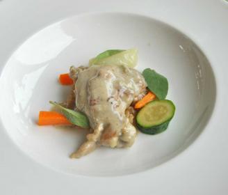 Il galletto fidentino alla crema su riso integrale alla salvia, zucchine e carotine