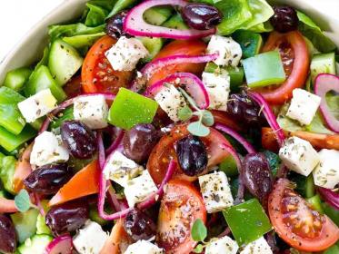 Greek salad: insalata tipica greca con la Feta