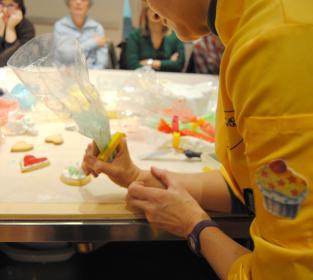 Lalla decora biscotti con la ghiaccia