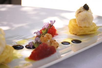 Pesce stocco mantecato all'olio extra vergine, panelle di ceci al finocchietto e cipolla rossa di Tropea candita