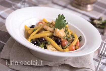 Pici allo zafferano con salsa d'asparagi, pomodorini, gamberetti e olive nere