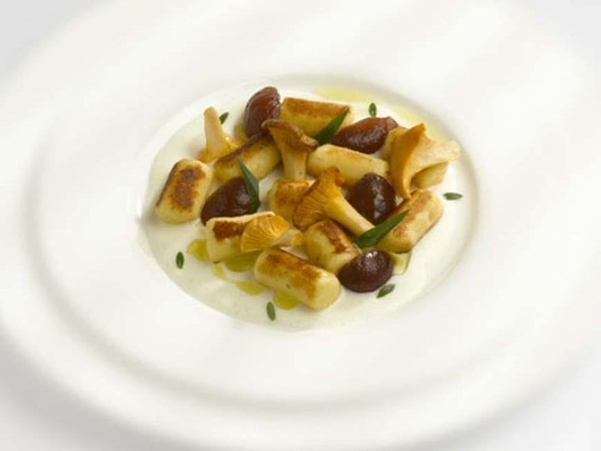 Bignè soffiati e dorati, finferli, uva sbucciata ed arabica