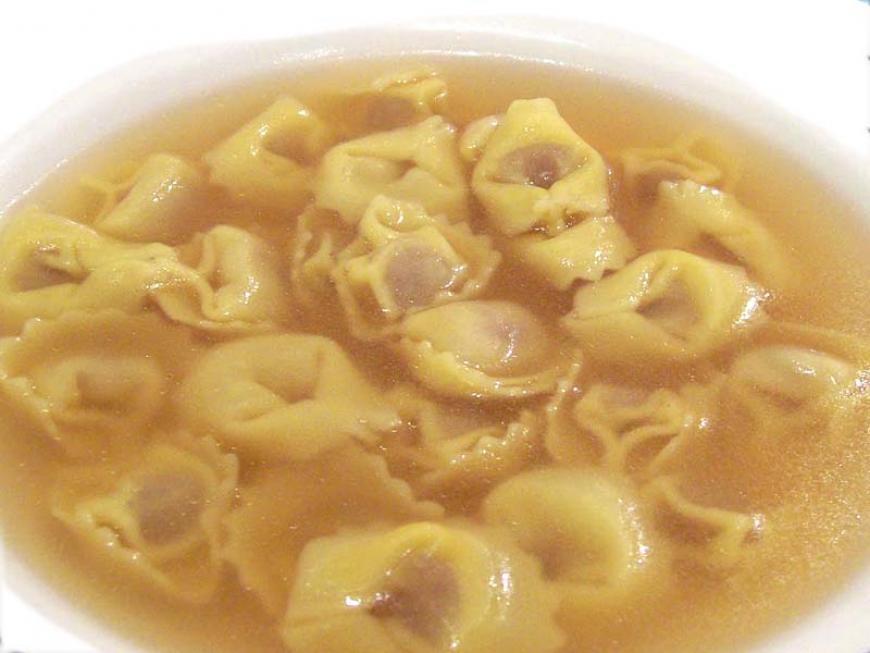 Cappelletti o tortellini in brodo