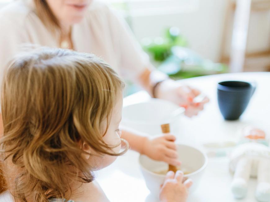 Bambina che fa colazione