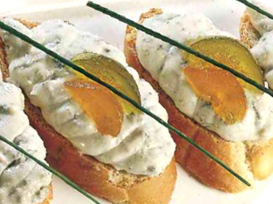Crostini con paté di formaggio con mostarda e rucola