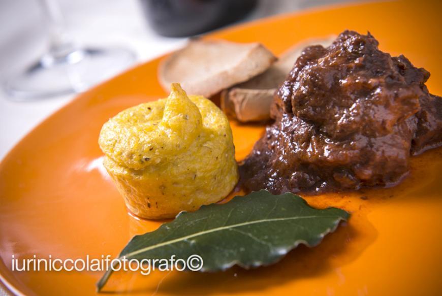 Peposo all'imprunetana con crostone di pane di castagne  e polenta morbida garfagnina