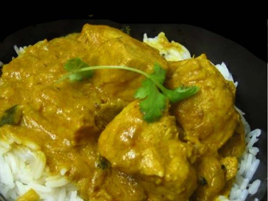 Riso con pollo al curry e latte di cocco
