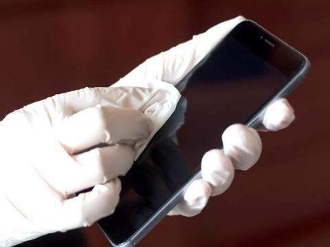 Covid-19 su cellulari, scarpe e superfici può essere contagioso? La risposta del Ministero della Salute