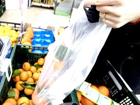 In attesa dei materiali biodegradabili: pesiamo frutta e verdura