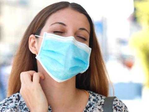 La mascherina ci protegge dal Covid, ma provoca irritazioni. Come prenderci cura della nostra pelle