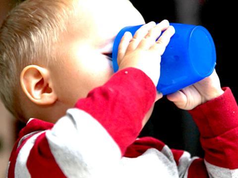 Un rapporto USA è categorico su ciò che possono bere i bambini fino ai 5 anni di età